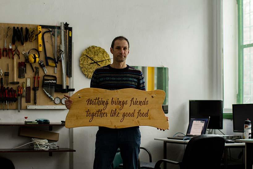 Text gravat laser pe lemn